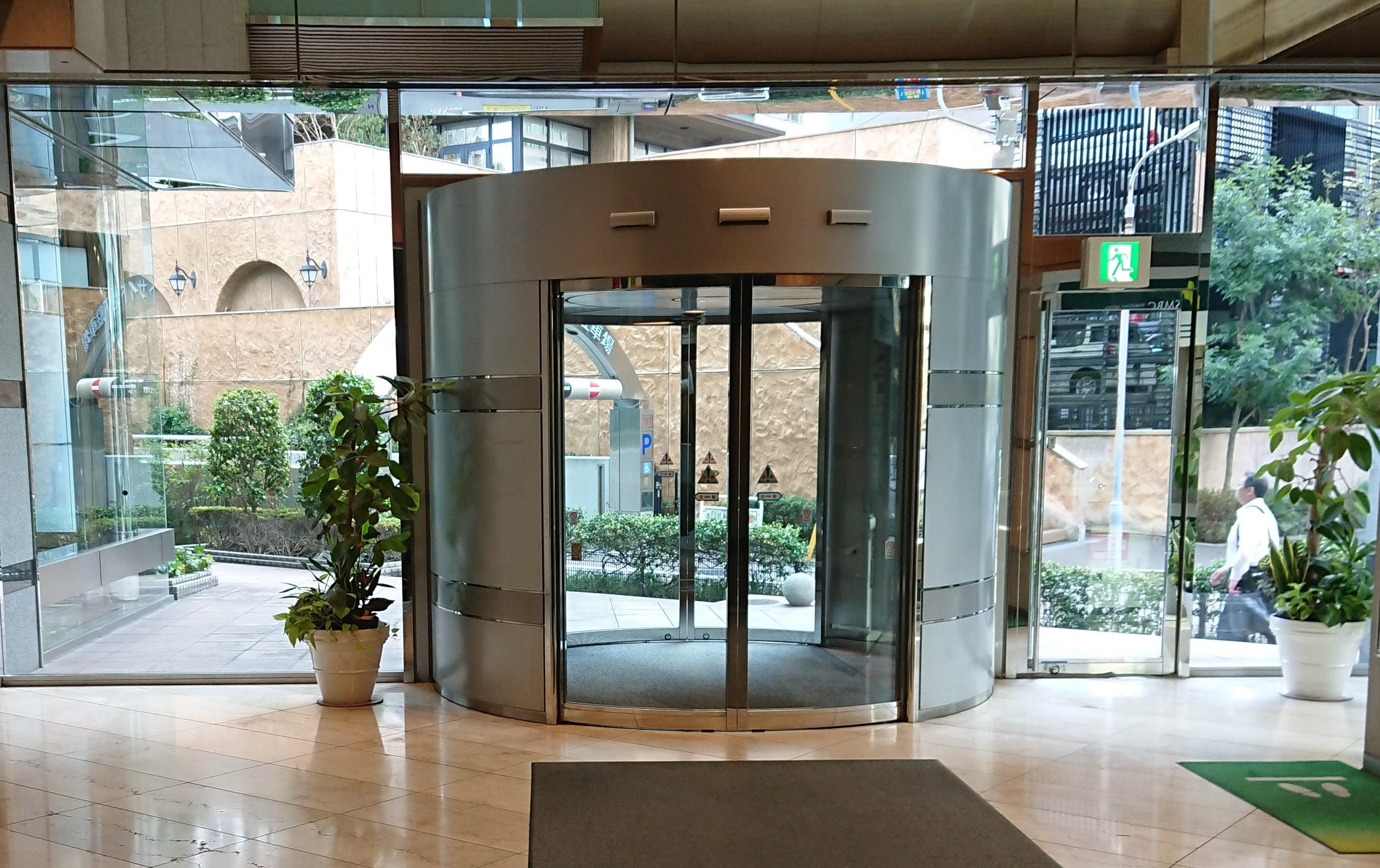 二重扉の出口